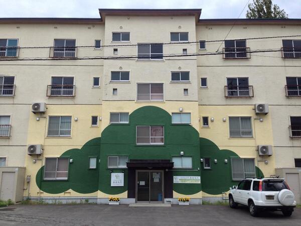 ファミリーハウスあおもりは、青森県が、遊休化していた県公舎を、近接する県中央病院の利用者、特に妊婦や家族を対象とした待機宿泊施設に改修したもの。 http://t.co/If9bQjs6pR