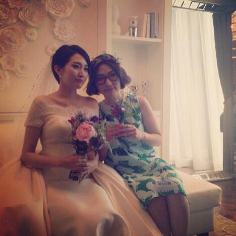 옥상달빛에서 맑고 청아한 목소리를 담당하는 우리 김윤주의 결혼식! 넘 예쁘다아ㅎㅎ 오늘 윤주 @gimyoonju 많이 축하해주셔요 여러분!!! http://t.co/b2hb2Eg1dD