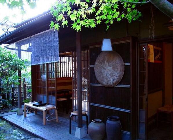 【茶席 万亭】(吉祥寺) 井の頭公園すぐそばにある茶室。民家の一室を使用して作られた茶室で、静寂につつまれてゆったりとした時間を感じたい。 http://t.co/MGG65HJN2R