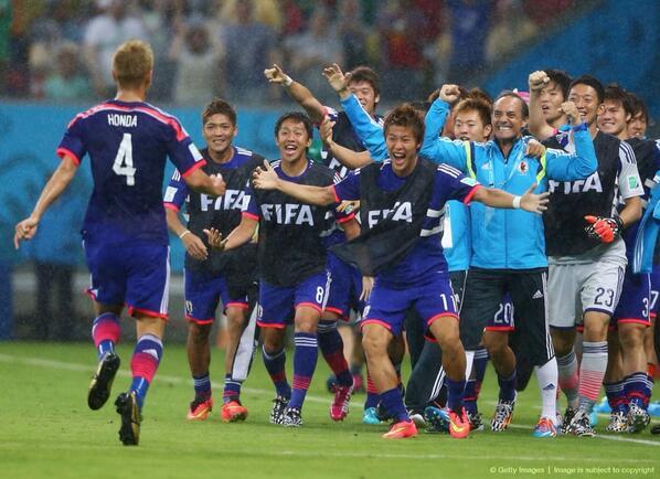 本田のゴール後。ベンチのメンバーみんな喜んでる(^o^) http://t.co/H6qwHBWnBk