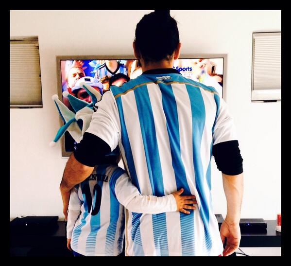 Su primer mundial y que mejor que abrazado a su padre!! Feliz día @gonzaloherediao ❤️ http://t.co/5wOgVIDDZd