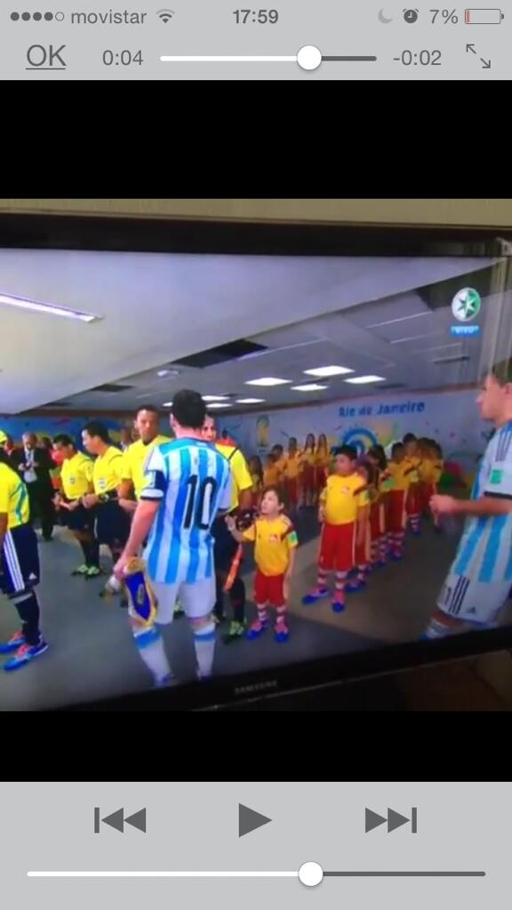 Oye #Messi serás un crack pero dejar a un niño con la mano extendida es nefasto. #MundialBrasil2014 http://t.co/ukq5koRaP5