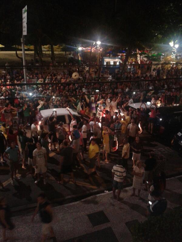 Ambientazo afuera del hotel de la Selección Mexicana en Fortaleza http://t.co/UTCGKroaWe