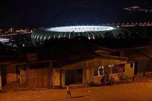 صورة لملعب الماركانا في البرازيل وواقع الشعب!  Via: @HatimLfc   #غرد_بصورة #صباح_العربية http://t.co/YjHZFyZ7px