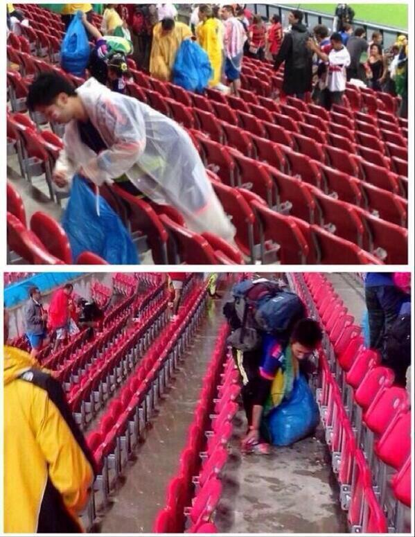 المشجعين اليابانيين يقومون بتنظيف جانبهم من المدرجات بعد المباراة في كأس العالم. http://t.co/JW6R17pPih