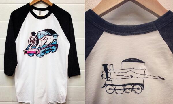 あの落書きのお話まとめ。 部屋を整理中に昔のノートの落書き発見→なんとなくツイートしてみる→超拡散→イギリスのTシャツ会社に気にいられ、連絡がくる「ぜひTシャツにしないか!?」→Tシャツ製作へ→完成→来週からイギリスで発売開始 http://t.co/eYB8ThzeNb