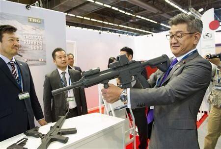 """えっ、止める人いなかった? """"@RintaroWatanabe: これが日本の防衛副大臣.. パリの防衛産業の展示会にて。  RT @sangituyama  これね。この後か前か知らないが。人に向けて振り払われてた。愚か者。 http://t.co/DSv9MlIspL"""""""