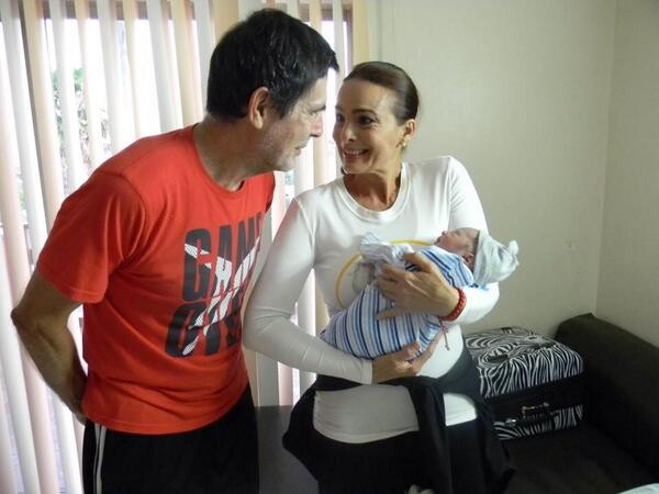 Una imagen dice más que mil palabras nuestra PRIMERA @MissUniverse #VENEZOLANA @SayaleroMissU79 es abuelaQue dulzura! http://t.co/a7U1oU9OcA