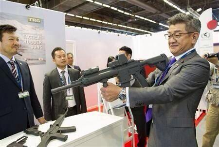 パリの武器国際展示会(ユーロサトリ)に出席した武田良太防衛副大臣が、展示物のライフルを人に向け、その相手から払いのけられた恥ずかしい写真。なにか既視感があると思ってたらこれだった。 http://t.co/Y6pbn0NdyP
