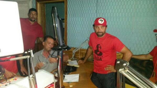 Vejam imagens do MST invadindo a  Xodó FM  em Glória http://t.co/ETydyMNGke