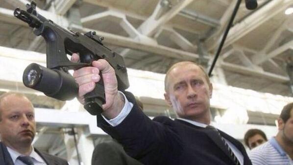 防衛副大臣の銃口管理がなっていないと話題ですが、ここでロシアの大統領を見てみましょう。カッコいいですね。 http://t.co/CjeOJP9OgJ