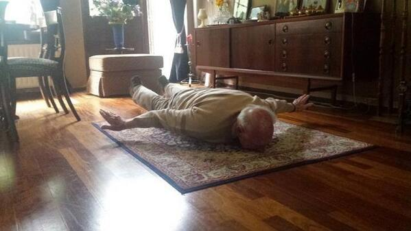 By the way: this is Van Persie's 93 year old granddad imitating his grandson's first goal against Spain. #true http://t.co/SfhKMtW3Gj