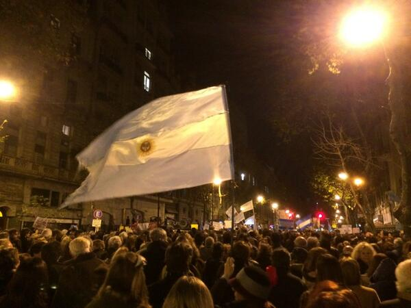 Que emocionante gritar Argentina Argentina y no x un partido de fútbol, sino defendiendo la República. http://t.co/CBQ17geba9