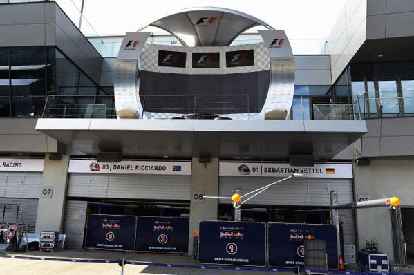 RT @RetoF1: preparativos para el GP de Austria con el podio sobre el box de Red Bull... #F1 #AustrianGP http://t.co/EX0ugVJPVT