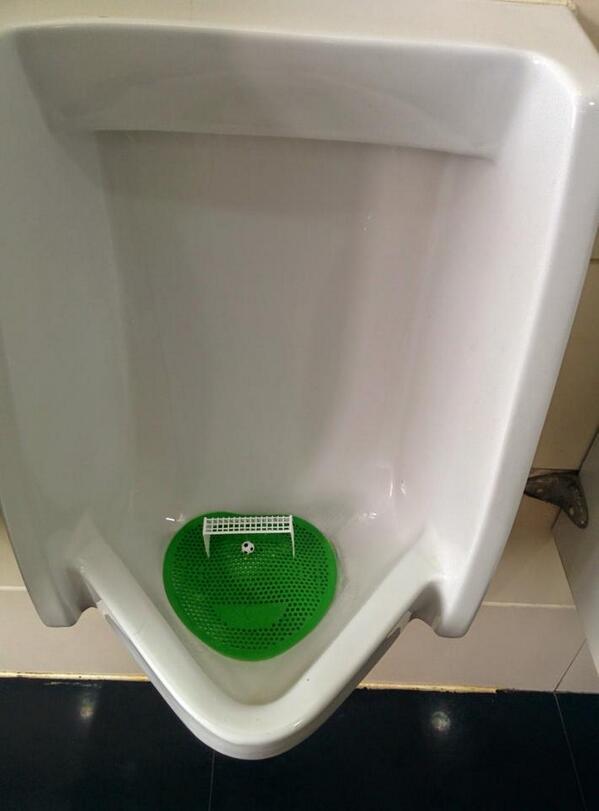 我们公司的厕所前天也换上这种了,很不实用,会溅到一手都是的 RT @wenli: 小便斗畫蒼蠅什麼的已經落伍了 http://t.co/RK32VbuXgO