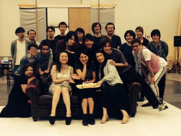 本日はミュージカル『ブラック メリーポピンズ』出演の音月桂さんのお誕生日です。稽古場でスタッフ全員でお祝いしました。おめでとう〜‼︎ http://t.co/nwYPY921LZ