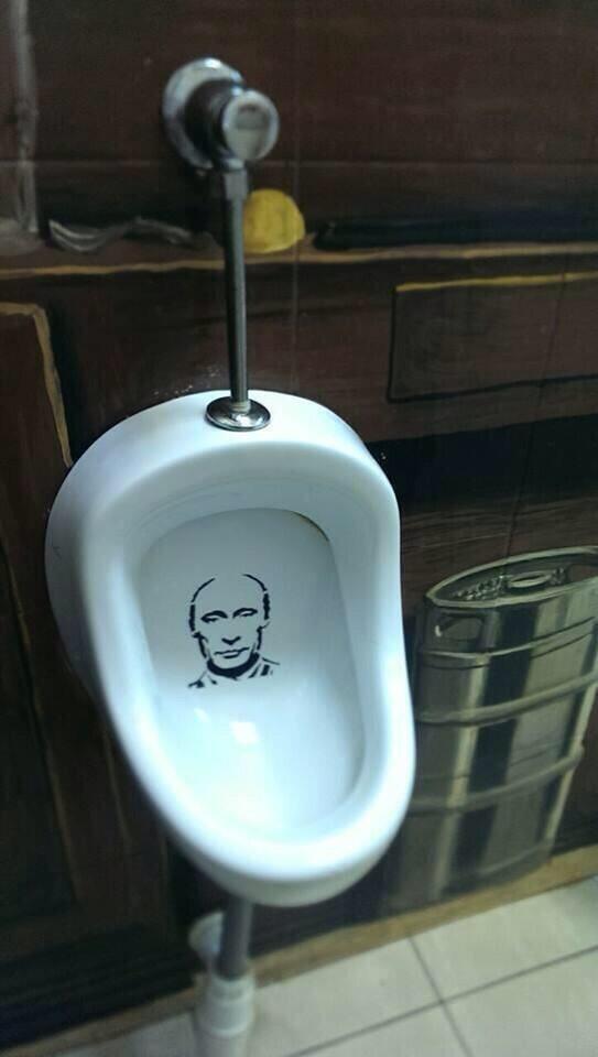 얼마전 화장실에 그림으로 박대통령을 풍자했다고 화가가 체포됐었죠. 러시아가 한국보다 더 자유롭네요. 아니 한국같은 나라는 없겠죠 http://t.co/sgmJ3CnRmU