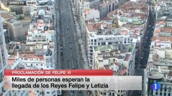 Miles de personas esperan la llegada de Los Reyes Felipe y Leticia, pero desde casa,desde la playa, en otro país ... http://t.co/42BTys3tTv