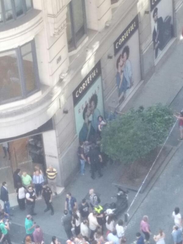 La Policia retirando una bandera republicana en Gran Via a varios asistentes. Retenidos frente a Cortefiel. http://t.co/jvSStb3Jgq