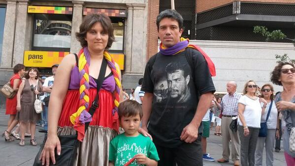 #C20 La policía ha filiado a Guillermo por entrar en Callao junto a su mujer y su hijo con banderas republicanas http://t.co/DjtdSPImGM