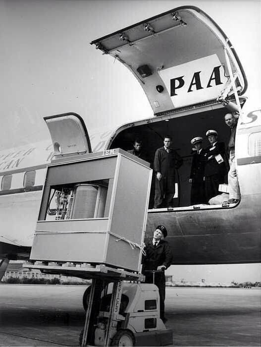 Un hard disk da 5 MB viene caricato su un aereo. È il 1956 http://t.co/q9YrPcGWRI