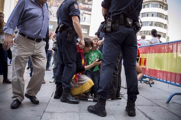 Así nunca os vais a ganar el cariño de nadie. @CasaReal debería pedir perdón a este niño y a su familia. http://t.co/tXwS9VKTpZ