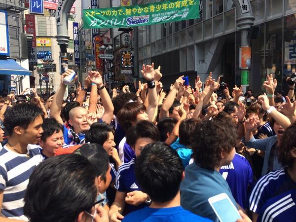 渋谷スクランブルでは、日本コールが湧き上がっています。 http://t.co/P34WBUFoT3