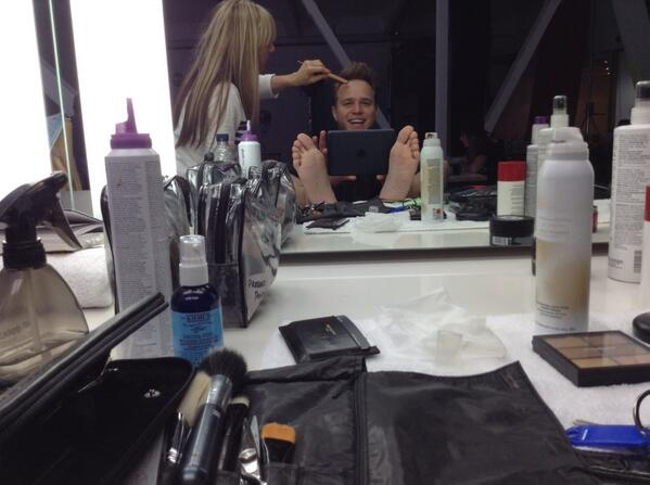Foot waving whilst getting me barnet done for Photoshoot!! #goodmoaning http://t.co/DqI0O6gczI