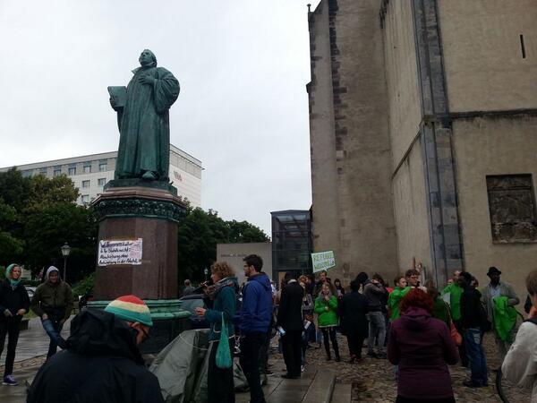 RT @gruene_lsa: Demo gegen willkürliche #Abschiebungen und #DublinII in #Magdeburg vor dem #ltlsa http://t.co/CR4rMP3Pay