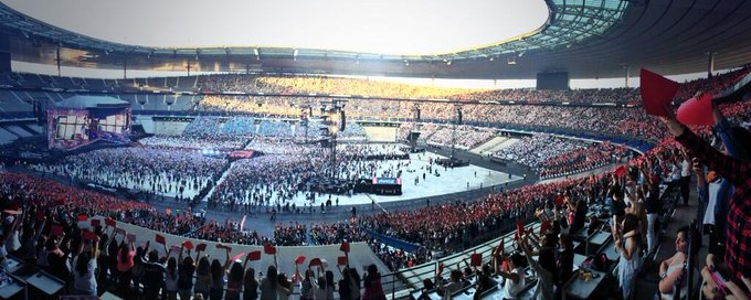 Sur 'Don't forget where we belong' les fans avaient prévu un tifo Bleu Blanc rouge : réussi ! #wwat #stadedefrance http://t.co/yKv3mFRZ0l