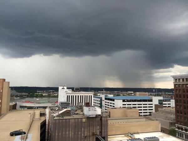 Severe weather is developing around #Peoria; this is looking east from downtown. #ILwx http://t.co/MSoAjmC6H7