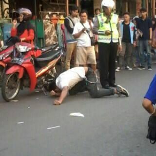 Fak :)) RT @mbahKJogja: 16:30 ga pake helm,ketilang pulisi trus mendadak kesurupan di dpn Mall malioboro #jogja :)) http://t.co/9hn9Ho7lmy