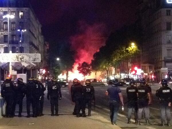 C'est du foot ? RT @MxeMartin: Photo en direct du quartier de la Guillotiere a #Lyon ! #ALGKOR http://t.co/T9mly4YRmO