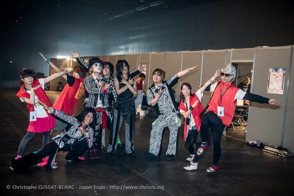 【公式レポーター4日目4】 NoGoDさんと。 圧巻のライブパフォーマンスでした! ライブ後にもかかわらず、カメラマンからの「Crazy pose please!」に応えてくれました。 #JapanExpo #JE15 http://t.co/77HovDuUvT
