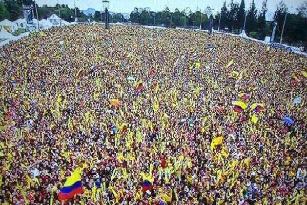 IMPRESIONANTE Miles de Colombianos esperando a la @FCFSeleccionCol en el parque Simón Bolívar #bienvenidosguerreros http://t.co/PUDgzcheca