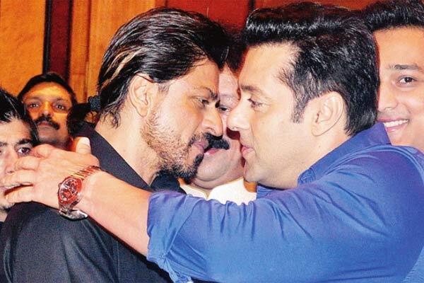 DAAWO: Salman Khan iyo Shahrukh Khan oo xaflad afur ku kulmay xabadkana isa saaray (VIDEO+SAWIRRO)