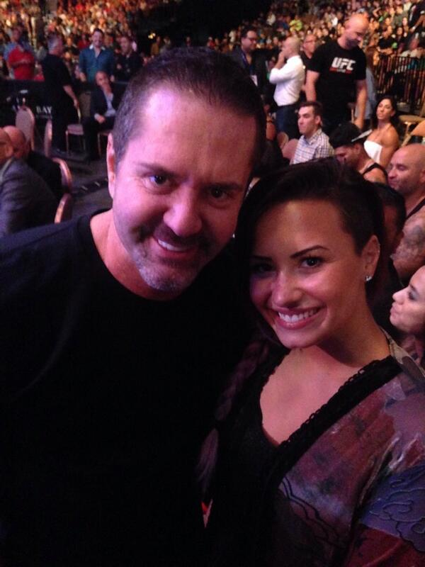 Finally got to meet long time fan @ddlovato and she remembers my angel @kiarragoldberg http://t.co/cg4Mzm6lfL