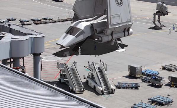 Il filme l'aéroport de Francfort devenu une base secrète de Star Wars  http://t.co/1pSW2hmTjo http://t.co/r7aKMQRvrP