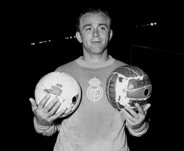 Sad to learn of Di Stefano's passing, the most complete player I've seen. My favourite player. A legend is gone. RIP http://t.co/DilI05SyEI