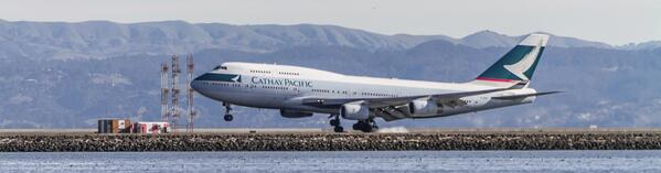 A @cathaypacific @Boeing 747 smokes its tires upon landing at @flySFO. http://t.co/pV9tMSpxIs