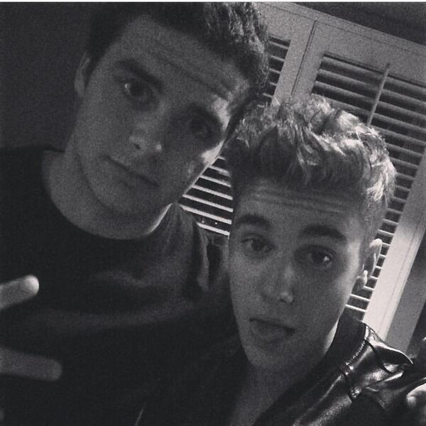 """@Kidrauhl_AKA_jb: @justinbieber @Justin_Caruso REMEMBER WHEN? http://t.co/dwDi5Zhamg"" haha my boy"