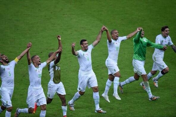 Skyrock ✏️ (@SkyrockOfficiel): Historique l'Algérie se qualifie pour les huitièmes de finale suite au match nul qu'ils ont fait contre les russes. http://t.co/z1Z7KgekpK