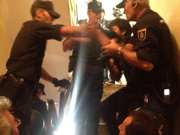 Sacando prensa y la gente que resistía en el rellano con mucha violencia policial! #JorgeSeQueda http://t.co/CTfo8TjnuQ