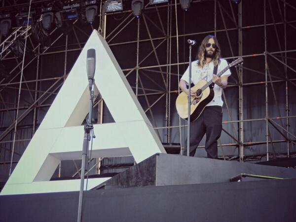 RT @30SECONDSTOMARS: Tour Pic: @JaredLeto + the #TRIAD. #LoveLustFaithDreamsTour http://t.co/3iGFxtYAHf