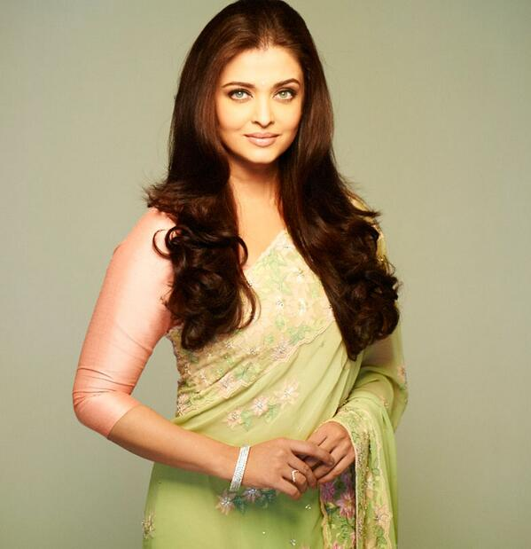 Aishwarya in a proper saree after the longest time. Drop dead gorgeous. http://t.co/n7Jt6euO8r
