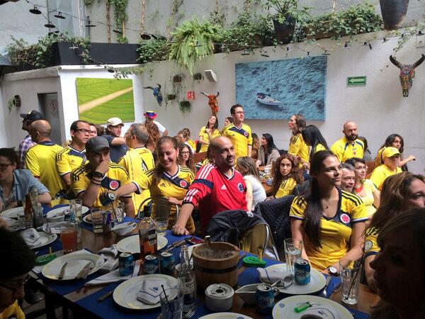 Entre con la camiseta chilena a ver el partido de #COL y todos aplaudieron #orgullo http://t.co/MeDy1dNApk