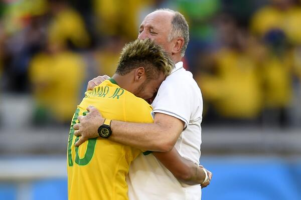 """OJOOOO!! ATENCIÓN: """"Neimar acabó lesionado y es duda para el partido de cuartos ante Colombia http://t.co/t8FvbriUDF http://t.co/7vseMv09Is"""""""