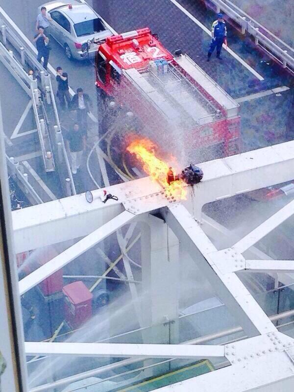 #Japan: Man sets self ablaze at Shinjuku Sta. in protest against collective defense. More pix: http://t.co/mS3hZrDLM1 http://t.co/Qianm2T6Tr