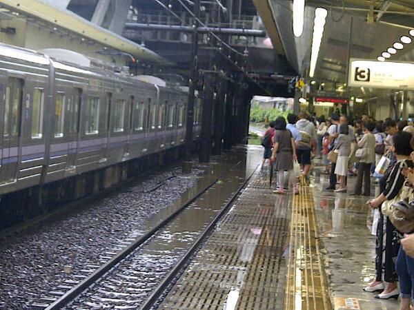 すごい勢いで井の頭線が水没していってます。運転再開は未定だそうです。明大前駅より。 http://t.co/K5T3Mn0doa