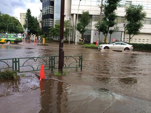 代々木公園交番前が水没 http://t.co/xQpXyT3b4d